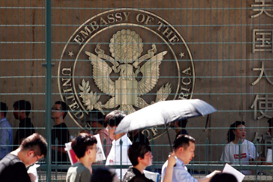 中美建交後大批中國學生赴美留學。圖為美國駐華使館前排隊申請美國簽證的人群。