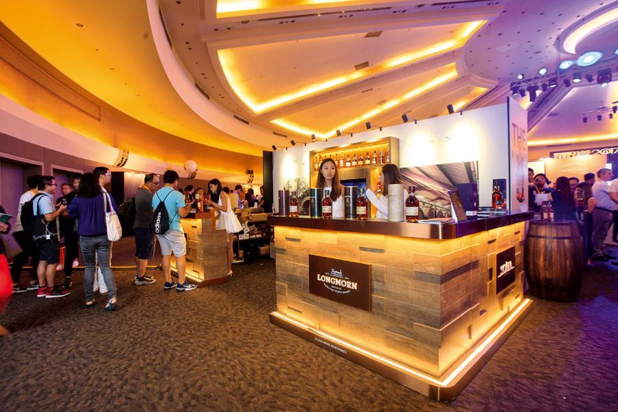 Whisky Live 2017參加者可細嚐不同蒸餾廠及品牌的威士忌。