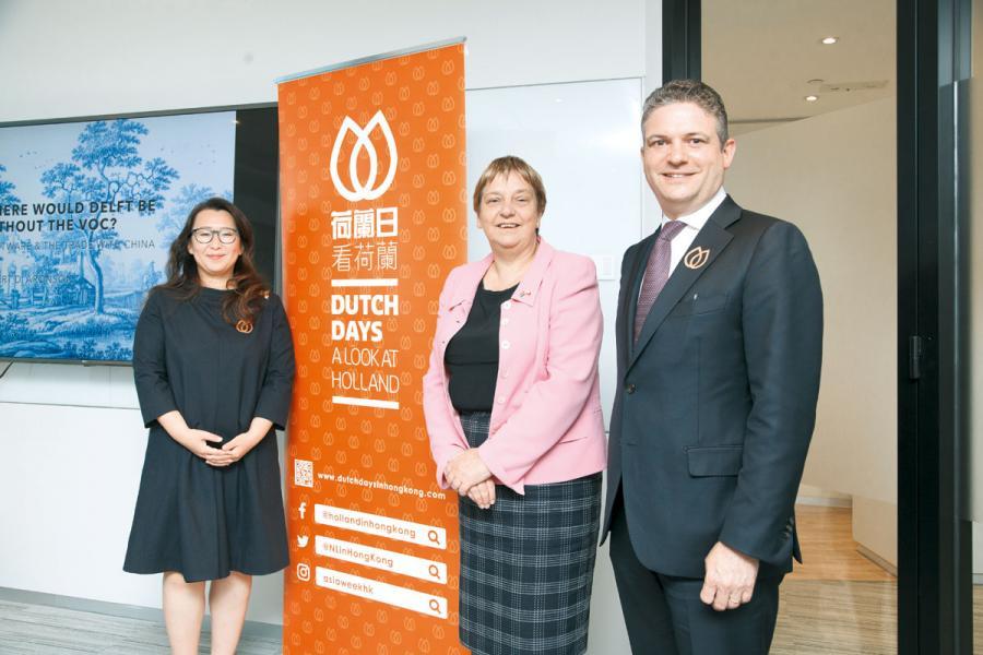 左起為香港亞洲藝術週創辦人及總監Candice Lee、荷蘭駐港澳總領事呂安微女士以及Aronson Antiquairs第五代傳人Robert D. Aronson一同為第四屆荷蘭日揭幕。