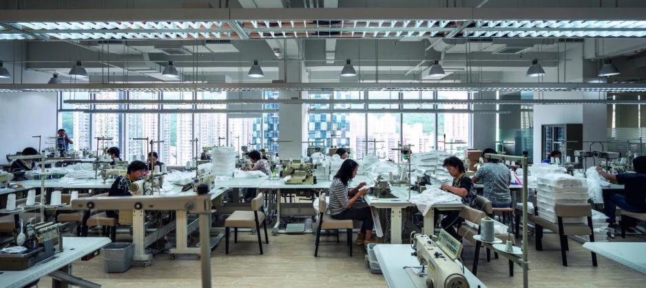 興迅在荔技角設立小型製衣廠,聘用本地中年熟練工人,扶助本土工業。