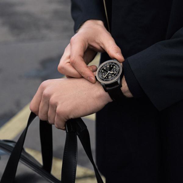 品牌首款智能腕錶,將高級製錶規範融入智能腕錶世界。