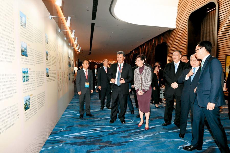 宣講會後。林鄭月娥(右四)、馬興瑞(右五)、 崔世安(右三)、王志民(右二)及政制及內地 事務局局長聶德權(右一)觀看有關粵港澳大灣 區發展的展板。