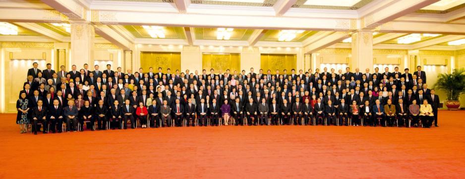 國家主席習近平十一月十二日在北京會見行政長官林鄭月娥率領慶祝國家改革開放四十周年訪問團。圖為習近平與林鄭月娥及訪問團成員在人民大會堂合照。