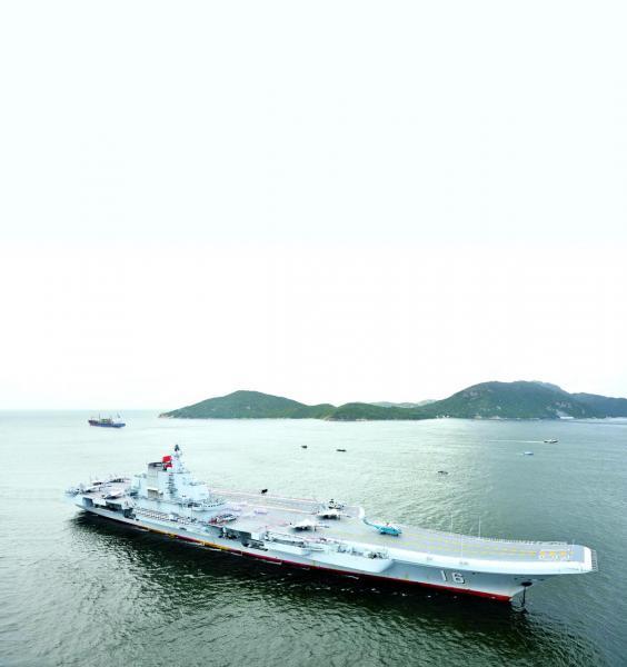 巨大威武的中國航空母艦「遼寧艦」7月7日上午7時許駛入香港水域。