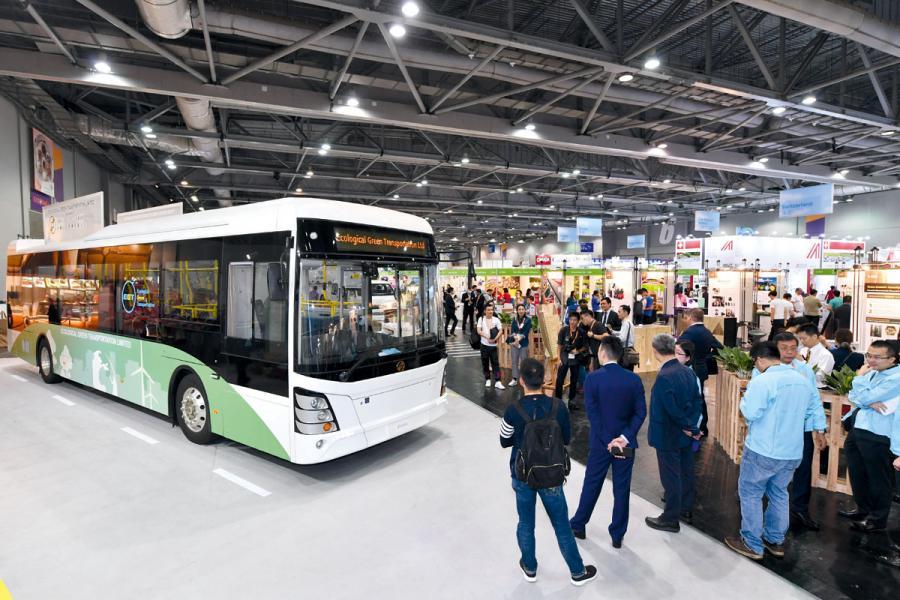 同場設有「綠色運輸專區」展示先進的電動車、 充電裝置及相關運輸方案。
