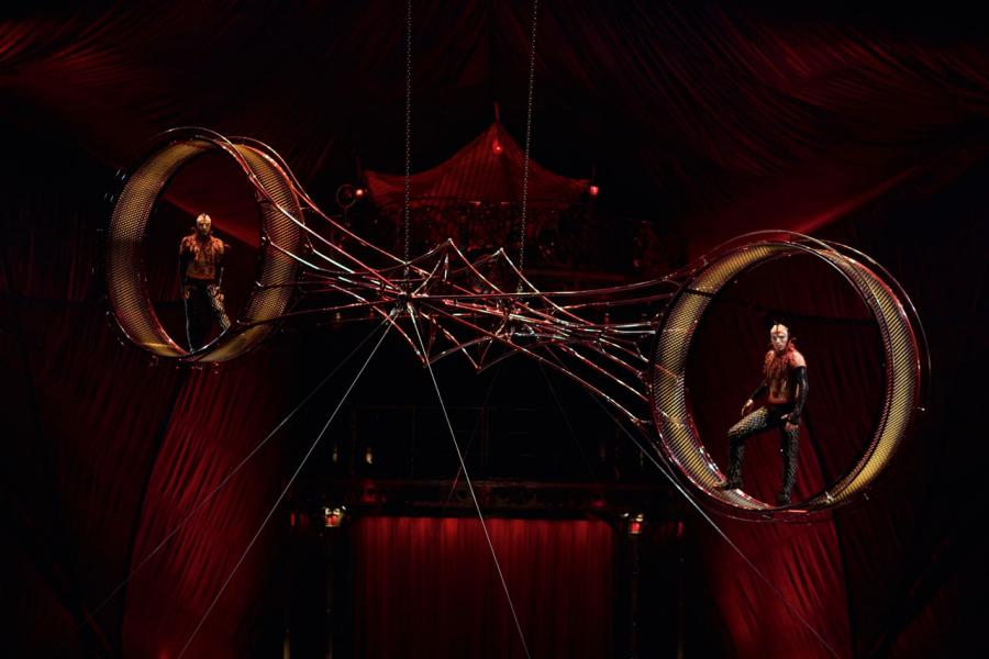 劇目的高潮是重達725kg的死亡輪以驚心動魄的方式從左至右,旋轉著碾壓過整個舞台。