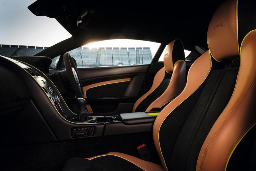 真皮與Alcantara材質的運用,體現了這款車的奢華和運動之兩面。