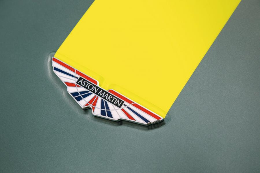 Vantage AMR引擎蓋上的廠徽點綴有英國國旗的顏色。