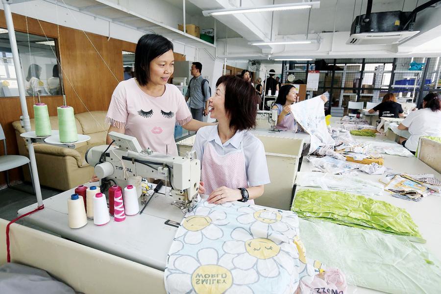 去年年初,SVhk成立的社企「合廠Hatch」為基層婦女提供就業。
