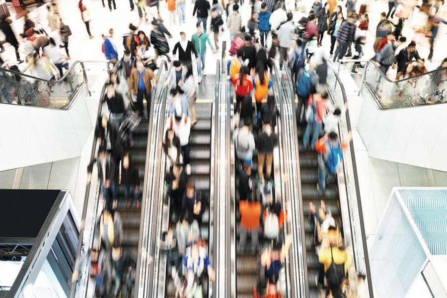 近十年本港零售市道隨經濟起落變化,內地自由遊是增減的關鍵。