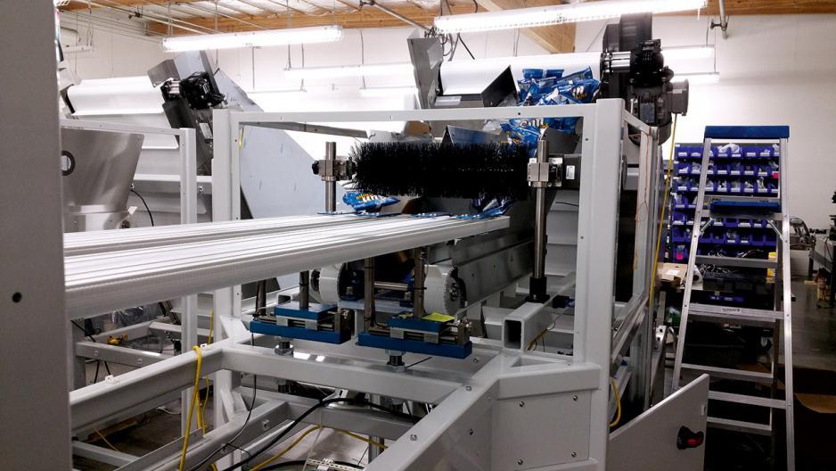 東興為企業度身訂製自動化生產系統,圖為東興為一薯片生產商設計的自動包裝機。