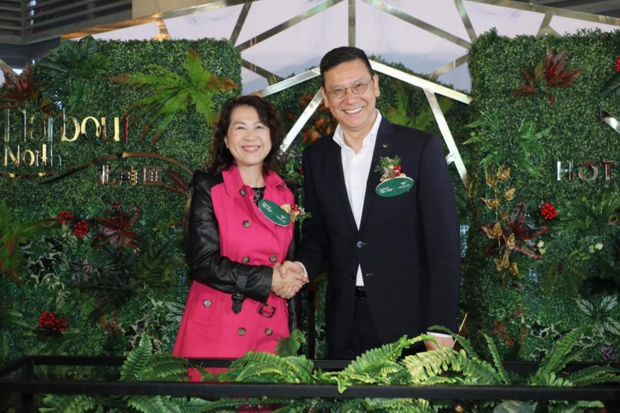 新鴻基地產發展代理租務部總經理鍾秀蓮及海匯酒店總經理高冠恩
