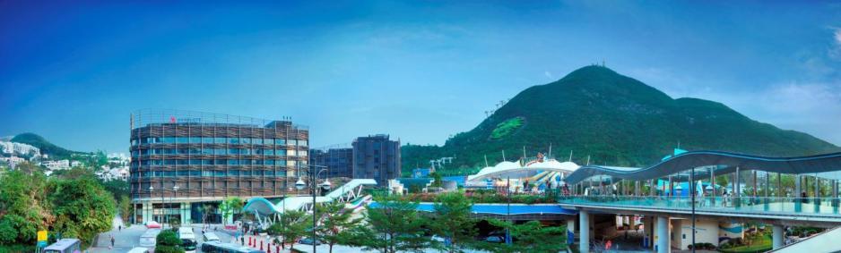 酒店毗鄰港鐵香港海洋公園站,交通非常便利,並設有獨立天橋往來海洋公園。