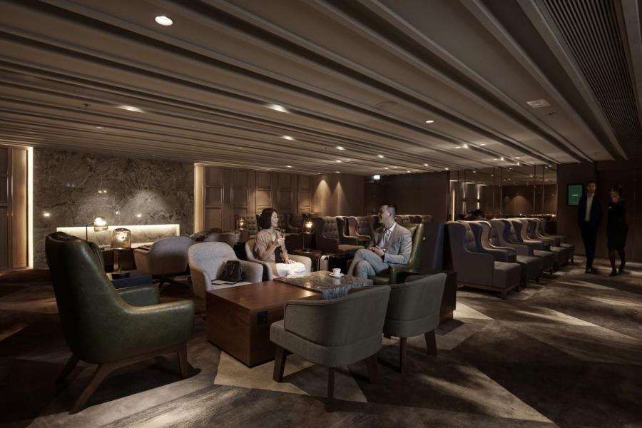 Plaza Premium First貴賓室由屢獲殊榮的本地設計師陳德堅設計。