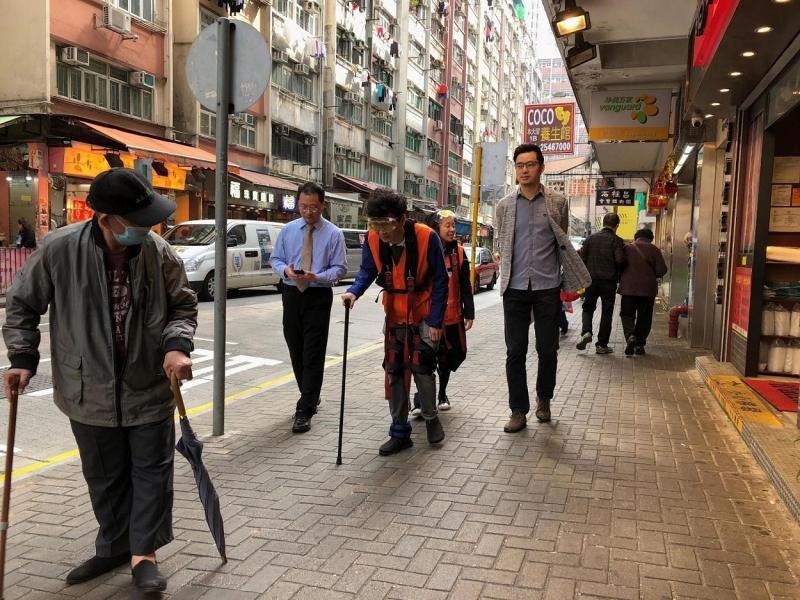 穿上高齡體驗衣,模擬長者日常生活,體驗長者遇到的困難。