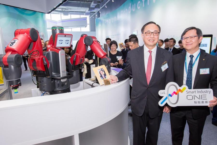 創新及科技局局長楊偉雄(左)在生產力局主席林宣武陪同下參觀智能產業廊。