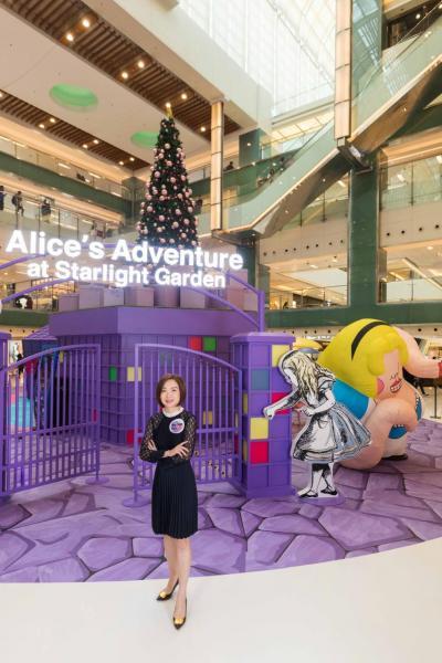 新鴻基地產代理有限公司租務部高級經理許嘉雯小姐(中)較早前出席新城市廣場舉行的「Alice: Into the Rabbit Hole」展覽香港站開幕活動。