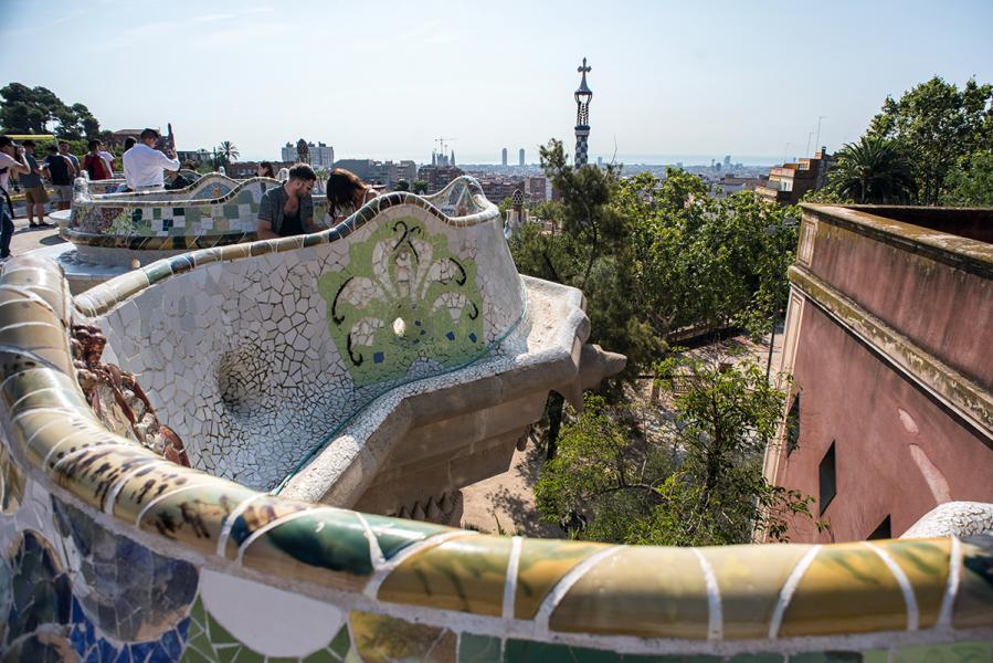 登上奎爾公園山丘上的平台,可飽覽巴塞羅那景色。