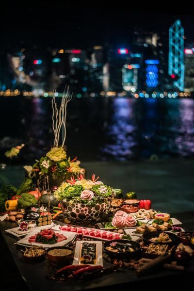 一邊品嚐精緻得有如藝術品一般的手工火鍋菜式,一邊欣賞浪漫的維港夜景,確是人生一樂也!