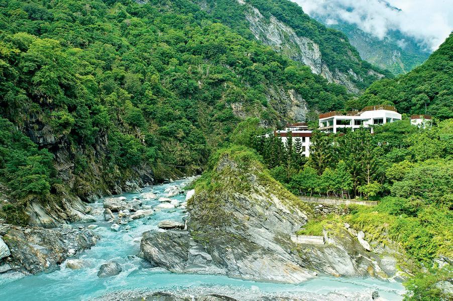太魯閣晶英酒店於峽谷與河邊之間的週邊景色。
