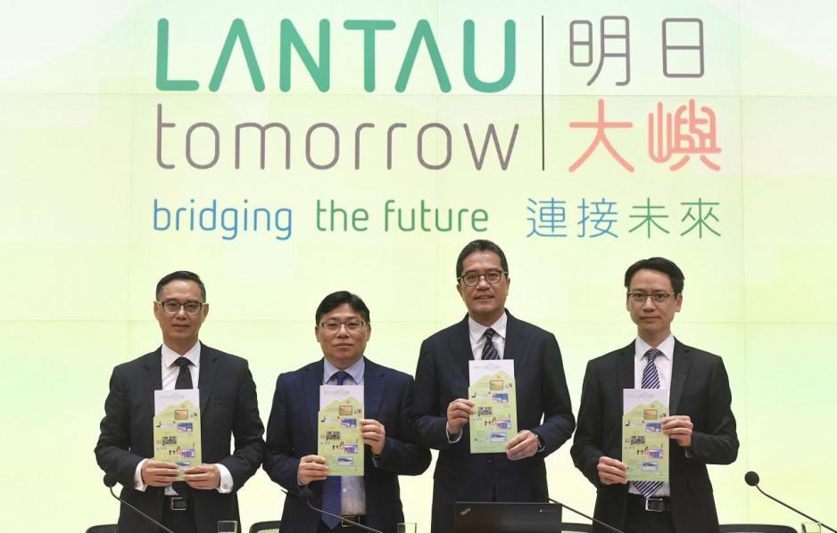發展局局長黃偉綸(右二)認為填海計畫不會淘空庫房。