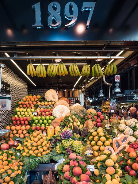 市場內有各式水果、風乾火腿、乾果檔攤。