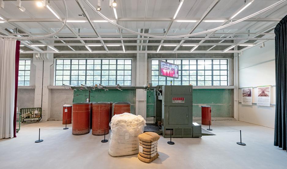 採訪當天,在CHAT六廠現場見有特大的織絲絨機器。