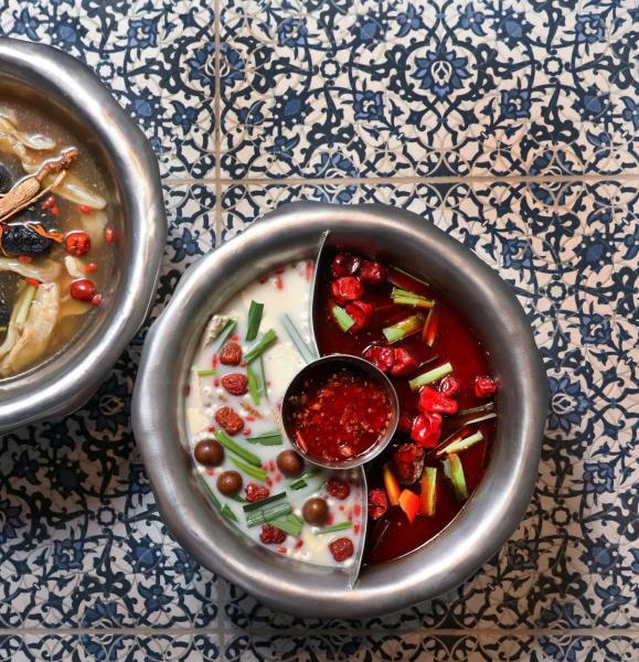 招牌鴛鴦鍋:(左)「東方美人」芳香四溢,滋潤養生;(右)「紅泥小染」則以麻引辣,味道濃郁且富有層次,更有開胃的作用。