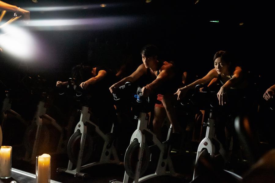 於XYZ的室內健身單車房內,在有如洞般黑漆的環境放置了44台單車;在導師的指領下,配合音樂帶出強烈的視覺感官效果,達至身心釋放。