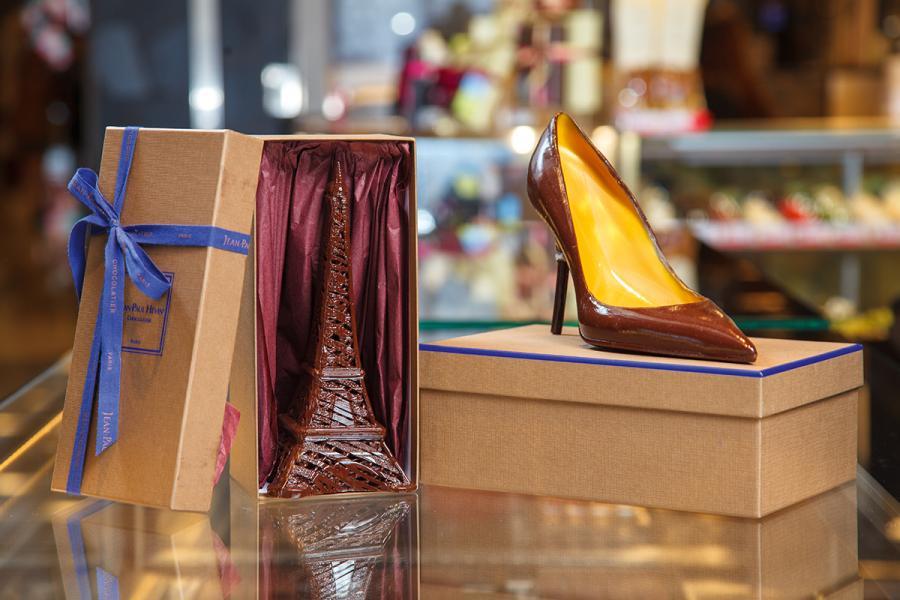圖為Hévin由巴黎專程運來香港店的鎮店之寶,分別為高跟鞋及巴黎鐵塔造型朱古力,只作裝飾用,要買的話便要飛去巴黎了。