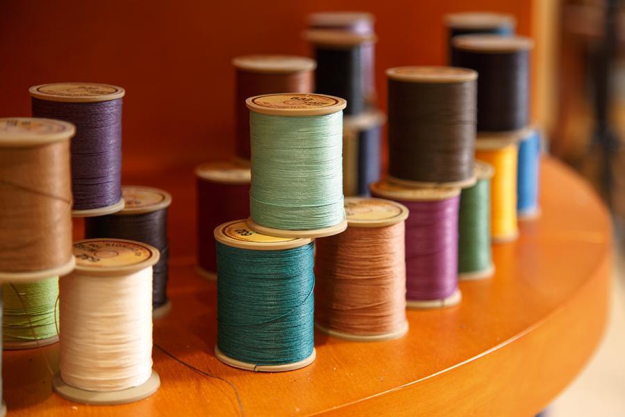 製造皮革的線也幾經挑選,體現法國工藝的精細講究。