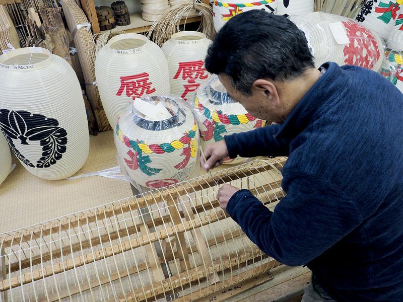 祖傳製作紙燈籠的畑氏家提燈店,仍默默承傳福井的傳統手藝,遊客可參與繪燈體驗。