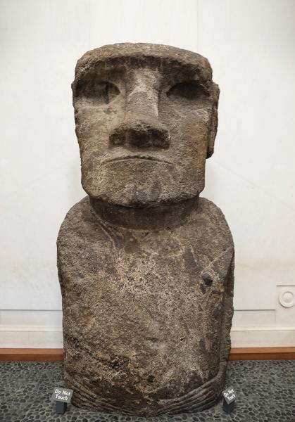 不能忽略站在側門旁的摩艾像,這是1886年史密森尼學會獲得的真摩艾像。