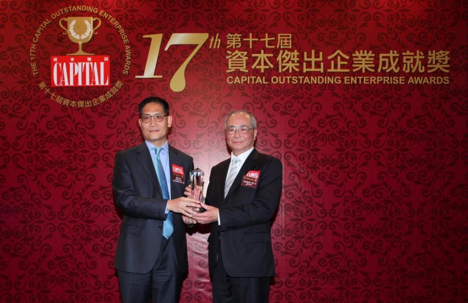 【傑出人民幣理財銀行】中國建設銀行(亞洲),由教育局局長吳克儉先生, SBS, JP(右)頒發獎項,並由中國建設銀行(亞洲)高級副總裁兼跨境金融產品主管張景林先生(左)代表領奬。