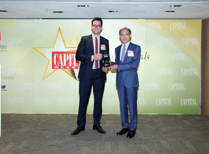 [強積金服務大獎]: 香港上海滙豐銀行有限公司,由香港工業總會副主席郭振華先生 BBS, MH, JP (右),頒發獎項予 Mr. Roderick KOLILOEDJOER, Head of Commercial Business Development & Management, Pensions(左)。
