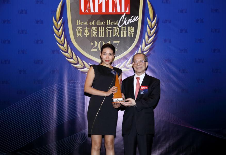 [資本傑出朱古力品牌]:  GODIVA Chocolatier (Asia) Limited,由國際商會香港區會主席李澤培先生 SBS, OBE, JP(右),頒發獎項予GODIVA Chocolatier (Asia) Limited 亞太區市場業務副總監鍾子慧小姐(左)。
