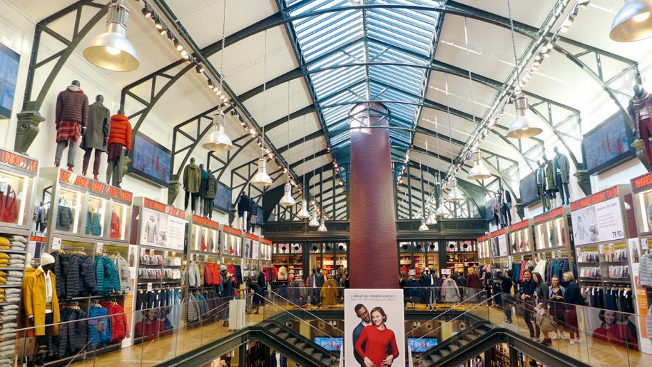 位於巴黎蒙彼利埈 (Montpellier)的分店是世紀建築物,UNIQLO表示,在改裝店舖設計時,刻意保留門面和屋頂結構,並使用大量LED照明,以體現可持續發展的理念。
