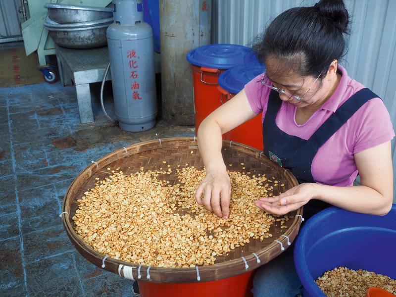 人手製作的花生貢糖,有濃濃的古早情味。