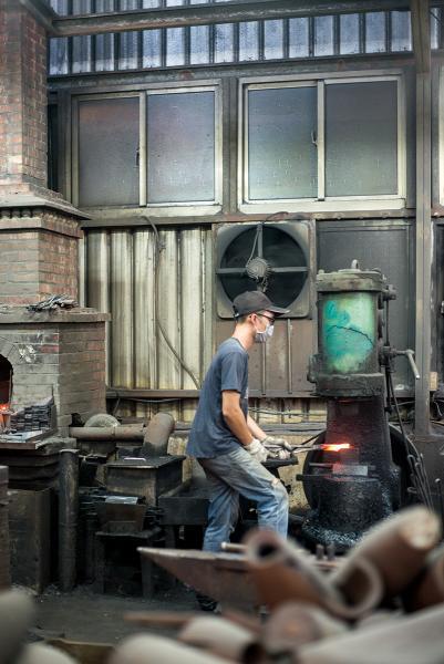 在工場可以看到如何製成金門鋼刀。