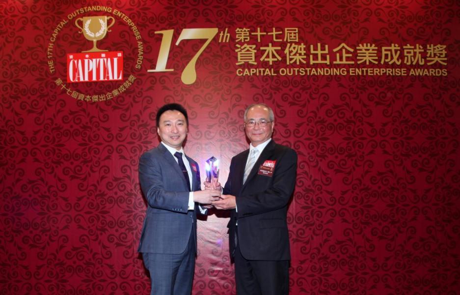 【傑出流動支付平台服務】大新銀行,由教育局局長吳克儉先生, SBS, JP(右)頒發獎項,並由大新銀行銀行產品部總經理及主管鄧子健先生(左)代表領奬。