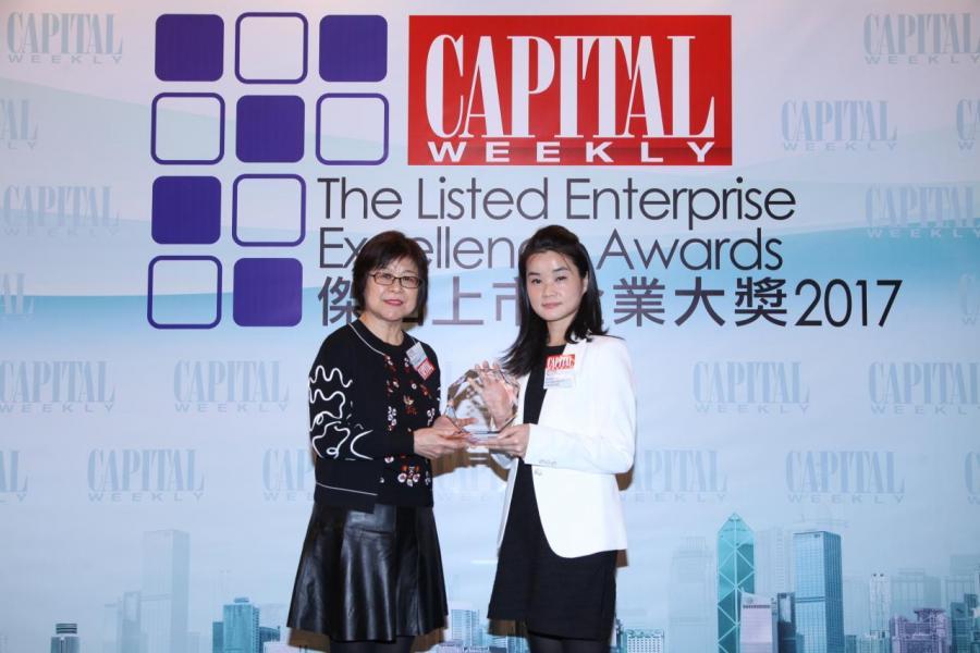 「傑出企業業績表現大獎」:新世界發展有限公司 (股份代號: 00017)。由香港證券業協會副主席高鵑小姐(左),頒發獎項予新世界發展有限公司投資者關係經理陳芳媚女士(右)。