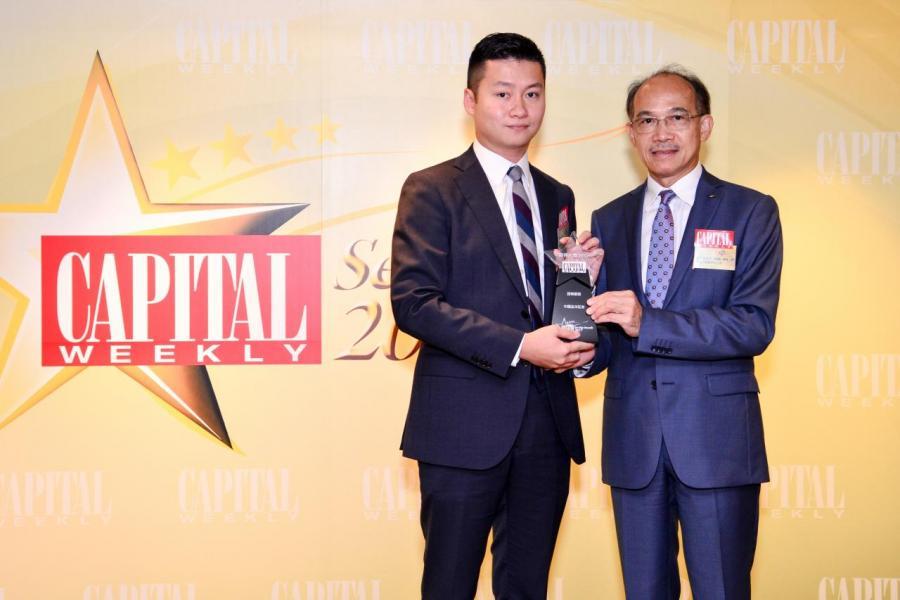[證券服務大獎]: 中國金洋證券有限公司,由香港工業總會副主席郭振華先生 BBS, MH, JP (右),頒發獎項予中國金洋證券有限公司投資部總監黃永明先生 (左)。
