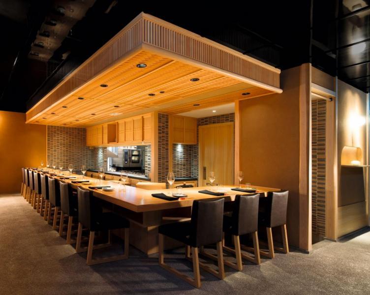 開放式廚房以日式傳統割烹風格為主題,讓客人可以一邊用餐,一邊欣賞廚師精心烹調每一道菜式的過程,並與廚師交流、互動。