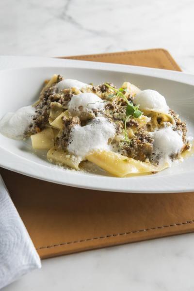Pappardelle Bolognese:闊條意粉不但入口煙韌,而且充滿蛋香,再加上味道香濃的蔬菜燉和牛肉醬、巴馬臣芝士泡沫,口感極富層次。