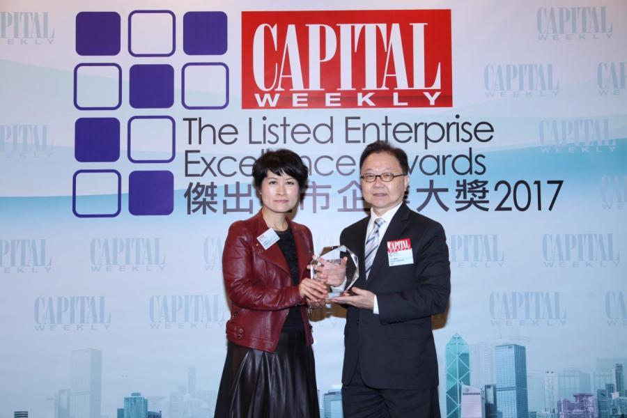「傑出企業業績表現大獎」:港鐵公司 (股份代號: 00066)。由香港管理專業協會總裁李仕權博士(右),頒發獎項予香港鐵路有限公司投資客戶關係及退休福利主管伍翠樂小姐(左)。