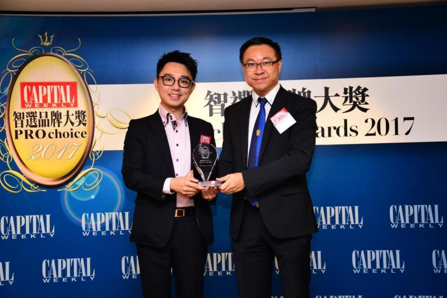 智選電子支付方案供應商品牌大獎:  EFT Solutions Limited 由傑出青年協會主席林景昇先生(右),頒發獎項予俊盟國際有限公司主席及行政總裁勞俊傑先生(左)。