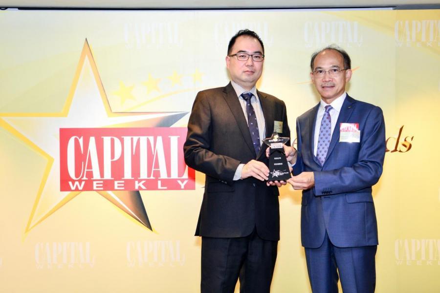[航空公司服務大獎]: 新加坡航空,由香港工業總會副主席郭振華先生 BBS, MH, JP(右), 頒發獎項予新加坡航空公司香港區公關經理初君柱先生  (左)。