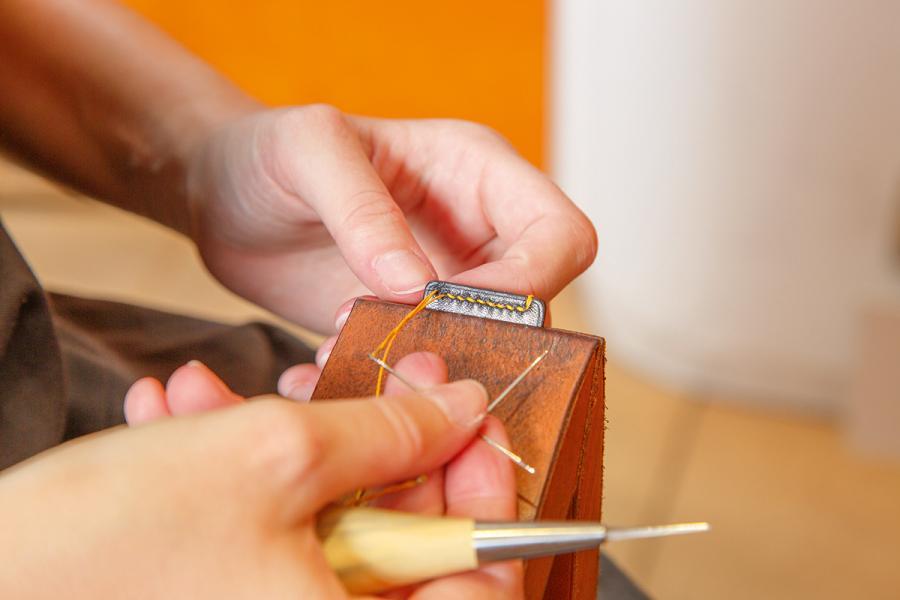 慢工出細貨,每位工匠平均需時兩星期來製作一個手袋,即一個月只可以大約製作兩個手袋,就算是一個微小的步驟如預備線頭,也得花上15分鐘的時間來做準備。