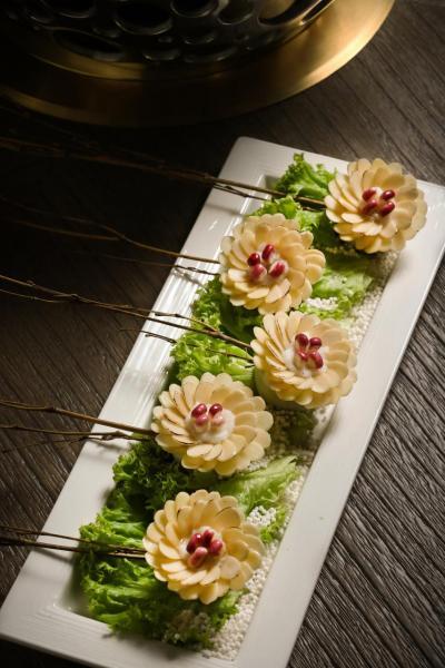 杏香野菊:廚師以杏仁片、花枝漿、紫玉米、茄子打造出一朵朵充滿芳香的菊花,帶來視覺與味覺的雙重享受。