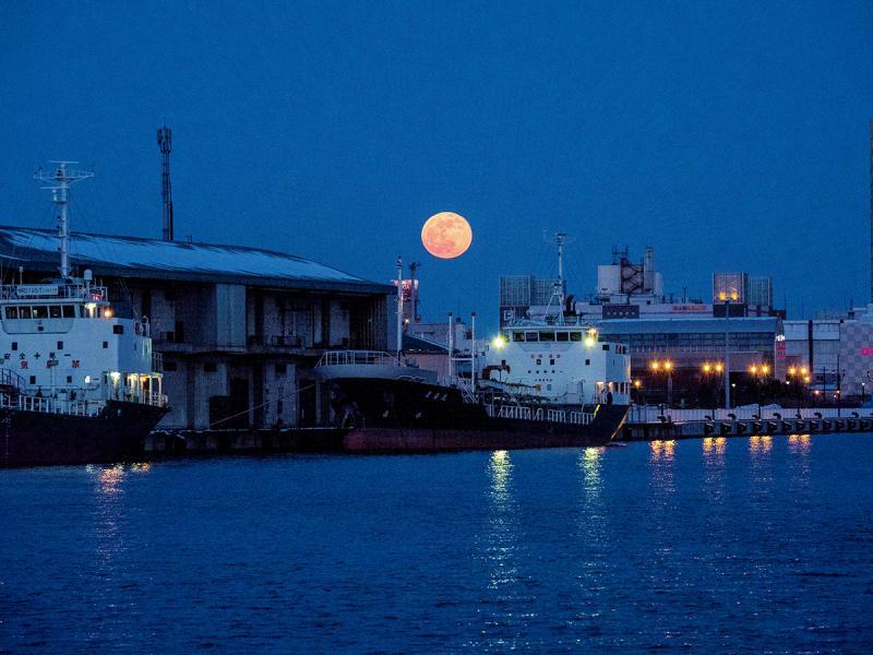 夠幸運的話,坐上釧路夕陽遊覽船,看夕陽之餘也看月亮。